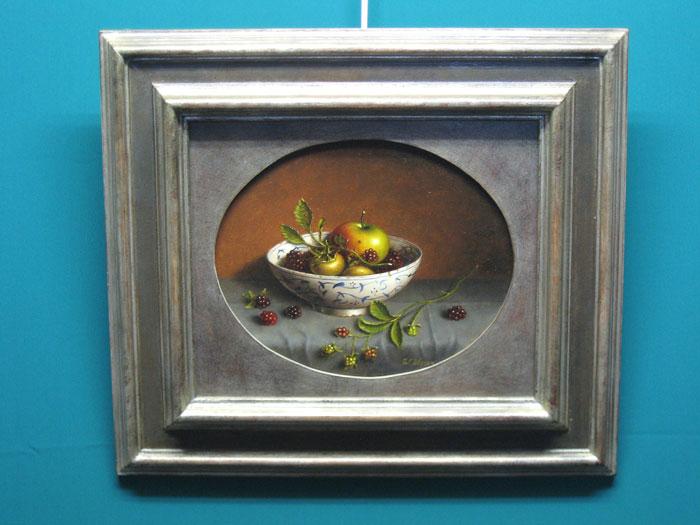 Visser, W.A. Visser behoorde tot de Antwerpse realistische school.  Een steeds talrijker wordende groep kunstenaars die de nadruk legden op ambachtelijke discipline en respect voor schildertradities.  Hijzelf stamde uit een oude schildersfamilie, zijn grootvader, Willem Visser (1895-1951), leerling van Opsomer genoot in zijn tijd in de scheldestad vooral bekendheid als dier- en landschapschilder.     Walter Visser was er zich degelijk van bewust dat kunst niet essentieel moest choqueren om aan te slaan.  Fijne atmosfeerschepping en schoonheidsbeleving waren voor hem belangrijker maatstaven.  Een strenge, bijna cubistische compositie lag meestal aan de basis van zijn kleine eenvoudige, maar soms ook grote stillevens, die echter steeds sfeervol en soms romantisch geladen waren.  Zijn werken worden gekenmerkt door een zekere strakheid.  Deze indruk wordt nog versterkt door alle toevalligheden weg te bannen. Walter Visser is een gerespecteerd kunstenaar wiens werk te vinden is in het binnen- en buitenland.