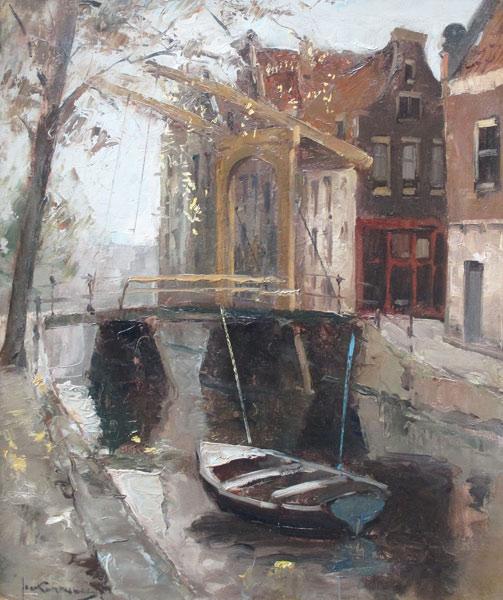 Stadsgezicht Amsterdam, Korthals, Johannes  (Jan) Korthals werd in 1916 in Amsterdam geboren. Hier  woonde en werkte hij langere tijd aan de Amstel, met een prachtig uitzicht op  de Magere Brug, de Hoge Sluis en op Carre.. Hij was een leerling van de  Akademie voor Beeldende Kunst in Antwerpen en van Jos Rovers. Van deze  kreeg hij vooral schilderslessen. Ook was Jan Korthals een leerling van zijn  oom Marie Henry Mackenzie. Vlak voor het overlijden van zijn leermeester  schilderde Korthals een indrukwekkend portret van hem.  Korthals was voorbestemd voor het kantoor, waarop hij na de HBS terecht  kwam. Het was geen groot succes; verder dan fl 100,- per maand bracht hij het  niet. Als hij vrij was, schilderde en tekende hij.     Hij schilderde, aquarelleerde en tekende o.m. in impressionistische trant  stadsgezichten. Hij gaf les aan A.W. Schreuder en was lid van St. Lucas te  Amsterdam. Zijn werk verraadt een rijk geschakeerd vakmanschap , dat  aantrekkelijke elementen bezit: vlotheid in de behandeling der verfmaterie, een  gevoel van atmosfeer en een boeiend en warm coloriet.  Jan Korthals werd vooral bekend door zijn raak getroffen portretten en zijn  sfeervolle stadsgezichten en landschappen.Hij werkte in zijn grote huis aan de  Amstel, of trok in zijn Volkswagenbusje door Frankrijk en andere landen. Hij  heeft zeer veel geexposeerd, ondermeer in Amsterdam, Laren en Geneve. In  het ziekenhuis Amsterdam-Noord hangt een groot schilderij van het IJ van zijn  hand.   Regelmatig kreeg Korthals opdrachten voor stadsgezichten die in kalenders  werden verwerkt. Hierdoor verkreeg hij in brede kring een zekere  populariteit.Immers, wie is niet verrukt van een stukje mooi Amsterdam, of een  herinnering aan een stukje mooi Parijs, zoals Korthals dat weergaf. Door de  vele opdrachten, kreeg hij het gevoel dat zijn artistieke reputatie onvoldoende  tot uitdrukking kwam. In zijn vrije werken zocht hij weer de vernieuwing. In alle  gevallen staat zijn kleurgevoel en zij tekenta